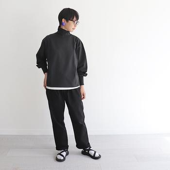 ブラックのパンツは同じくブラックのニットと合わせて、クールなワントーンコーデに。ニットの裾からチラ見せした白と、ソックスの白で統一感を出して。