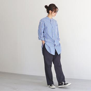 ネイビーのパンツはストライプのシャツとの相性バツグン。着用するだけでこなれた印象に。