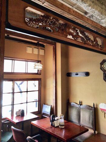 店内は、欄間や掛け時計など昭和レトロな雰囲気です。カウンター席もあるので、ひとりでふらっと入れる気軽さも魅力。