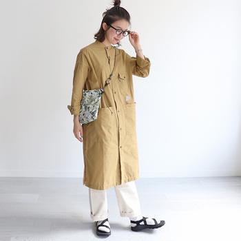 シャツワンピ風にパンツと合わせて着こなして。ベージュはタウンユースにぴったりな、ハードすぎない印象。