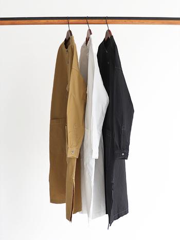 耐久性の優れたCORDURAナイロン糸を使用したロングシャツ。コットンとのミックス素材だからハリのある生地感です。ネックラインはスッキリとしたバンドカラー。ゆったりとしたシルエットに長めの着丈で、両サイドの裾には深めのスリットが入り足さばきも楽ちんです。