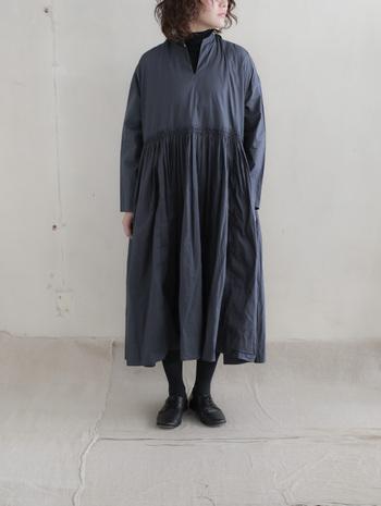 女性らしくて魅力的。「アンティークカラー」でつくる大人ナチュラルな装い