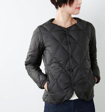 着ぶくれ感のないすっきりシルエットのダウンカーディガン。クルーネックに脇の立体的なカッティングで、コンパクトに着られるデザインです。