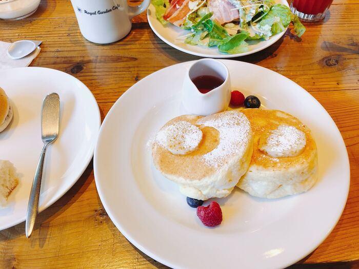 リッチモンドホテル名古屋納屋橋1Fのカフェ。オムレツ&スモークサーモンや和定食など4種のメニューから選べるメインに、サラダ・フルーツ・スープ・パン・ドリンクのビュッフェが付きます。メインで特に人気なのがリコッタチーズのパンケーキ。このお店の看板メニューでもあります。新鮮なサラダやフルーツもたくさん頂けるのも嬉しいところ。