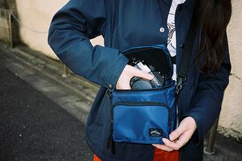 スポーティなショルダーバッグは、一見、カメラバッグには見えません。デイリーに使いやすく、バッグインバッグとしても使えます。大事なカメラを衝撃から守るため、ウレタンの板やクッションがしっかりと入っているので安心です。