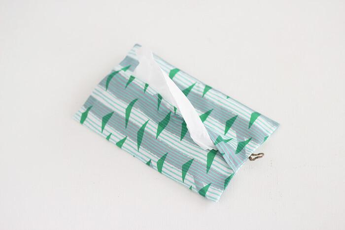 外出先で何かと重宝するポケットティッシュ。可愛いカバーだと取り出すたびに気分が上がりますね!布一枚とボタン、紐があれば作れますよ。紐を付けた布を中心に向かって折って縫い、ボタンを付けたら完成です。ボタンを留めれば半分に畳めて、カバンに収まるコンパクトサイズに♪