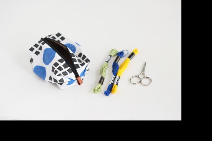 キャラメルの包み紙のような形が名前の由来。ごちゃつきがちな小物を整理するのにぴったりですね。表布と裏布、ファスナーを縫い合わせ、脇を中に押し込むようにジャバラ状に畳んで縫います。綺麗に畳むことがポイントです!