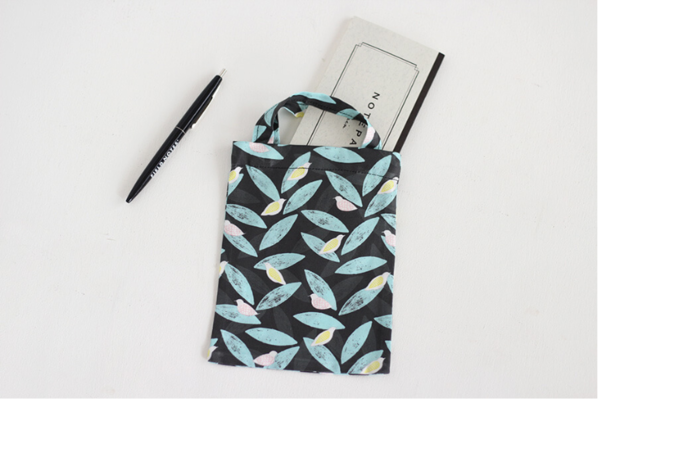 気軽なお出かけのお供に、手作りの手さげバッグはいかがですか?本体部分の端3辺を縫い合わせたら、持ち手部分を付けて完成です。作り方がシンプルで分かりやすいのが嬉しいですね。