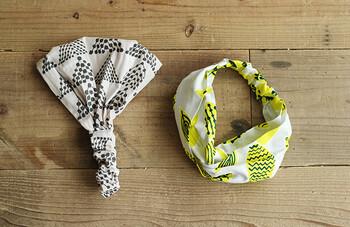 ショートヘアでもロングヘアでも使いやすいヘアバンド。左の幅広タイプは、カフェの店員さんのようで可愛いです!50×40cmの布を2つのパーツに分けて、ゴムと一緒に縫い合わせます。右のクロスターバンタイプは、2つの布を交差させてから縫うことで、お洒落に決まりますよ。
