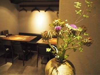 店内は、シックで大人な雰囲気。京都や東京の有名料亭で⻑年修行しを積んだオーナーが営むお店は、何度も通いたくなる気軽さも魅力です。