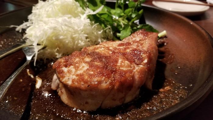 名物料理の「京都ポークロースステーキ 特製生姜ソース」は、上質な京都ポークが約300gとボリューム満点。低温調理でじっくりと火を通ししているので、こんなにぶ厚くてもしっとりやわらか。特製の生姜ソースの甘辛い味で、ごはんもお酒も進みます。