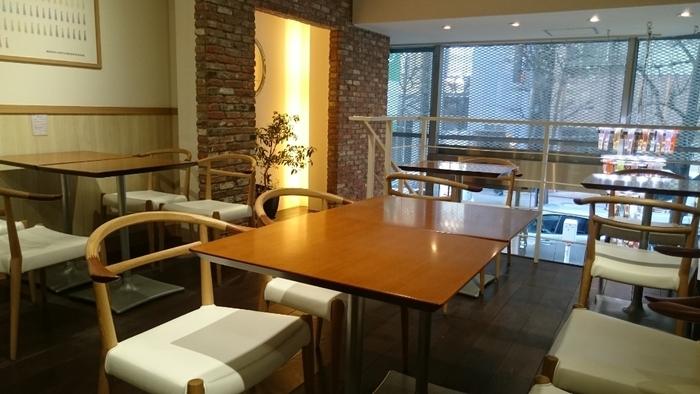 カフェスペースは2階で、落ち着いた雰囲気。ひとりでもグループでも過ごしやすく、いつも大勢のお客さんでにぎわっています。