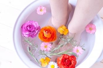 お風呂に入るのも効果的ですが、足湯なら服を着たままでOKなので日中でも手軽にできるおすすめの方法です。好きな香りのアロマオイルを垂らせば、気分もリフレッシュできます。
