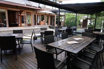 松原庵で人気のある開放的なテラス席。敷地内は、和モダンな雰囲気が漂います。