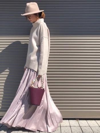 グレーのセーター×パープルのマキシスカートのフェミニンコーデに、あえてカチッとしたフェルトハットでメリハリを効かせたスタイリング。ハットはベージュ系のライトトーンを選んで柔らかく調和させましょう。