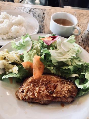 """ランチメニューは、ポークジンジャーのみ。お肉は山形県産の特上ロース、生姜は""""生姜穴""""と呼ばれる熟成専用の洞窟で5ヶ月寝かしたものを使うというこだわりです。この製法は、鳥取県日光で400年以上も続いていて、生姜の風味をたっぷりと味わえます。"""