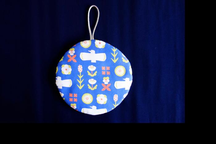 月のようなまんまるの形が可愛いですね!18cmの丸い布2枚でキルト芯を挟み、縫ったら完成です。手縫いで作れて材料も少なくて済むのでお手軽ですよ。