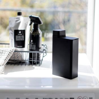 シンプルなデザインと機能性を重視したインテリア雑貨メーカー「YAMAZAKI(ヤマザキ)」のランドリーボトル。洗濯機の周りにモノは増やしたくないけれど、ちょっと気分を変えたい方へ。まずは手軽に洗剤を詰め替えてみるだけでも、ぐっとこだわり感が増すのでおすすめですよ♪