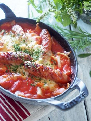 ソーセージをじゃがいも、玉ねぎと炒めたらトマトジュースを加えて煮、オーブントースターで焼き色を付けます。 ※トマトジュースとウインナーの塩分があるので、味見してからトースターに入れましょう。