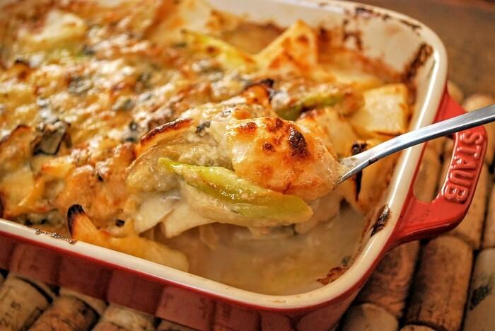 フライパンひとつで牡蠣のソテーとソースを作ったら、耐熱皿に移してオーブンに入れるだけ。ワインとマリアージュできる、パーティにもおすすめのひと品です。「グラタンに焦げ目をつけておけば、持ち寄り先のお宅にて電子レンジで温めると、熱々のグラタンを楽しめます」と作成したnanako さん←good idea*