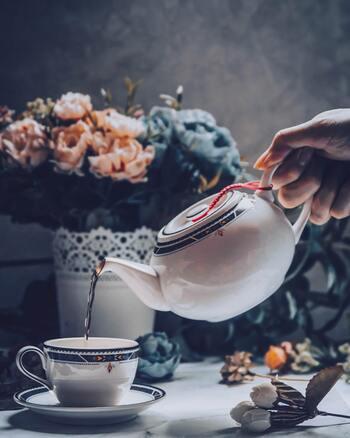 あなたは紅茶派ですか? コーヒー派ですか? 紅茶というとイギリスの貴族などが楽しむ高貴な飲み物というイメージを持つ人もいるかもしれません。美しい茶器を用いて飲む紅茶は、それだけで贅沢な気分にしてくれますね。