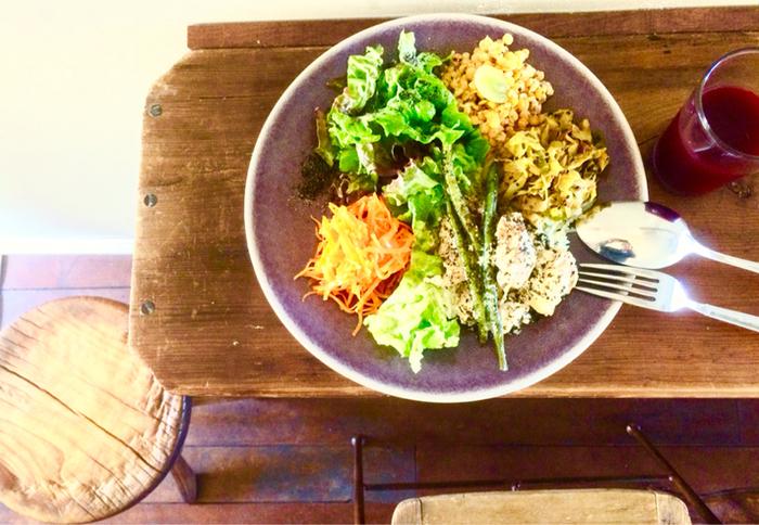 スパイスや野菜をたっぷり使ったプレートなど、洋食やヘルシーなメニューをいただけます。静かな店内でからだに良く、健康的な食事が楽しめます。