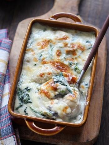 牡蠣と春菊、冬の代表的な味覚の組み合わせ。 レンジと泡立て器で作るホワイトソースは、焦げついたりダマになる心配がありません。お料理初心者さんもぜひトライしてみて!