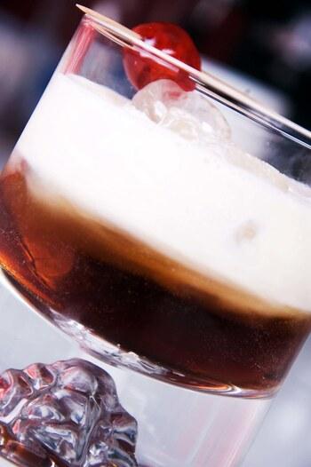 カルーアと生クリームで、デザート感覚のカクテルです♪生クリームを入れないと「ブラックルシアン」という名前になります。 【材料】 ウォッカ:適量 カルーアコーヒーリキュール:適量 生クリーム:適量  【作り方】 ①グラスに氷を入れます ②ウォッカ・カルーアコーヒーリキュールを注ぎます ③生クリームを入れて完成。バニラアイスを入れてもおいしいですよ☆