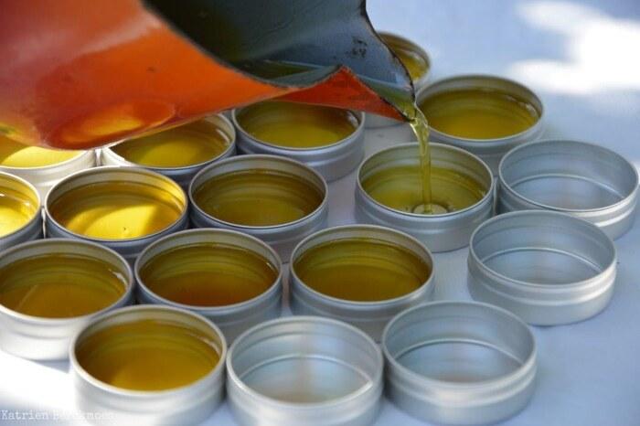 蜜蝋は、再び溶かして再利用できます。中身がなくなった缶に流し込めば、リサイクルにも◎