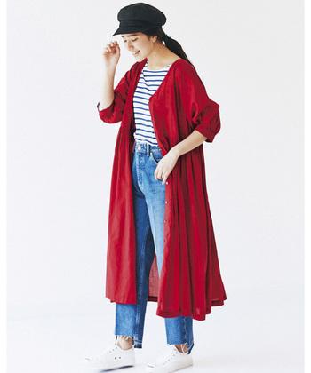 カジュアルからキレイめまで、幅広い着こなしに活躍する「赤」のロングシャツ。春夏定番のマリンスタイルのアクセントにもおすすめのアイテムです。華やかな赤のロングシャツなら、デニム合わせのラフな着こなしでも女性らしい印象に。インナーやボトムスなど、アイテムの組み合わせ方次第で様々な着こなし方が楽しめますよ。