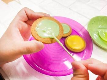 アイシングクリームは、卵白1個分に対し、粉糖200gとレモン汁小さじ半分を混ぜ、角が立つくらいの固さまで泡立てます。あとは製菓用の色素を加えて、お好みの色に仕上げれば完成!あっという間に作れます。  (画像はイメージです。)