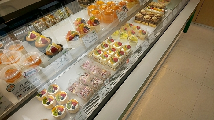 店舗で販売しているケーキの製造工房に隣接する直売店。京橋本店や大丸東京などのデパ地下の店舗と同じ商品がお手頃価格で買えるのはワクワクしますね。