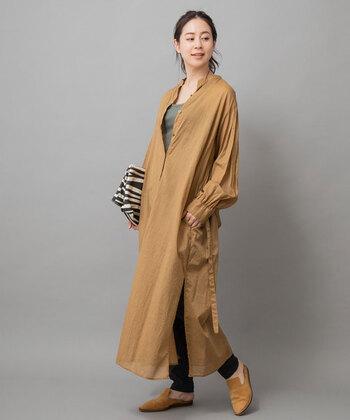 温かみのあるベージュのロングシャツは、春夏はもちろんのこと、初秋の軽い羽織にもおすすめです。カーキのインナーやアニマル柄の小物で辛口なアクセントをプラスすれば、大人っぽくてクールな印象のコーディネートに。