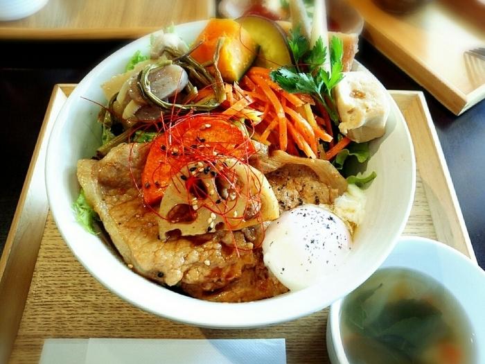 お昼の人気メニュー「ライスボールランチ」は、たっぷりのお野菜とポークジンジャーでボリューム満点。お野菜は旬のものを使っているので、季節感を味わえるのも魅力です。味や食感の違いも楽しんでみてください。