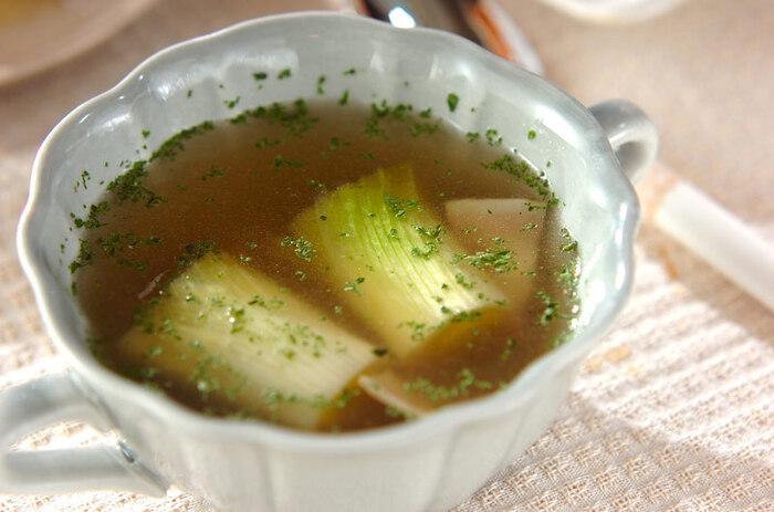 冷え性改善や風邪予防にも良いとされるねぎ類。中でも<下仁田ネギ>は甘みも辛みも強く、その特徴をうまく活かすことで、体に良いだけでなくとても美味しい料理を作ることができるんですよ。 ご紹介するのは、加熱すると甘みが増す下仁田ネギをトロトロになるまで煮込んだスープ。加熱で引き出された下仁田ネギの甘さとベーコンの塩気が相性抜群のポカポカレシピです。