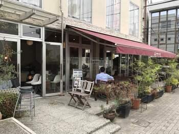 宇都宮駅から歩いて10分ほどのところにある「fudan cafe(フダンカフェ)」は、オープンテラスもあり、出勤前にここでひと息…という方も多いお店です。
