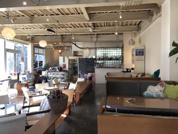 店内は、テーブルとソファがゆったりと配置されています。窓から入る光も明るく、気持ちが良い空間です。