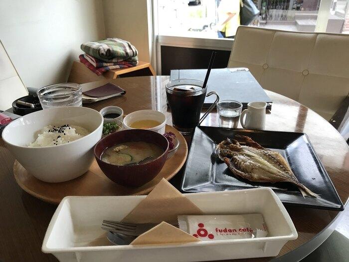 人気を集める理由のひとつが、和定食がいただけるモーニング。炊きたてごはんにお味噌汁、生卵や納豆、お新香の基本セットにあじの干物をプラスすれば、純和風の朝ごはん。