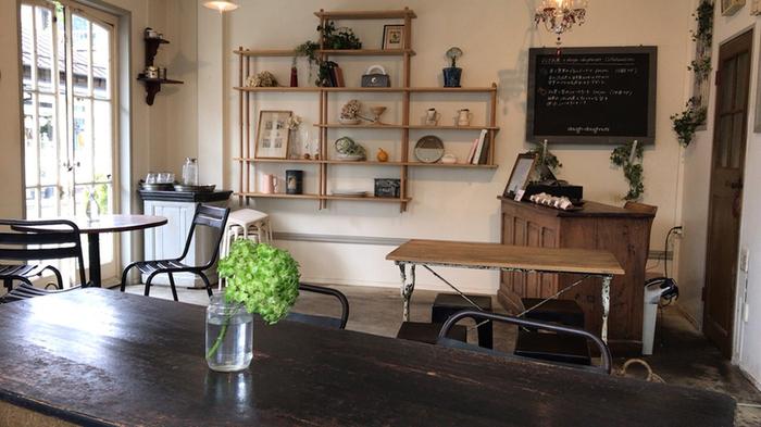 ドーナツをイートインできるカフェスペースは、ヨーロッパのアンティーク家具や雑貨がセンス良く置かれていて、海外のようなおしゃれな雰囲気。