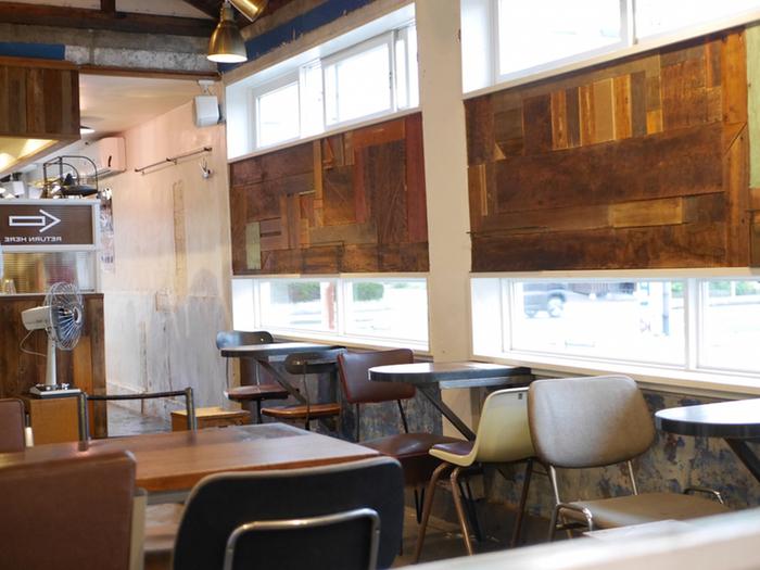 店内にはコーヒーの香りがいっぱいに広がっています。カジュアルな雰囲気で、ひとりでも入りやすいですね。