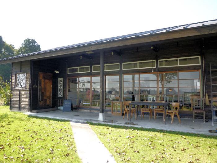 みずほの自然の森公園東口近くにある「伊澤商店」は、昔の学校のようなたたずまいの一軒家カフェ。内装を手がけたのは、県内の造形作家・KINTAさん。カウンターや家具などもどこか懐かしい雰囲気で、ここで過ごす時間を楽しみに訪れるファンも多いとか。