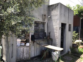 「オクトパ食堂」は、宇都宮市内で有名なアンティークショップ「古道具あらい」のオーナー開いたカフェです。