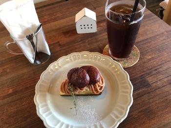 ほっくりとした栗が贅沢に使われたタルトは季節限定の味。デザートはすべて手作りで、数に限りはありますが手間ひまかけたおいしさが伝わってきます。  オリジナルブレンドのコーヒーも1杯ずつ丁寧にハンドドリップしているので、時間を忘れてゆっくりできそうです。