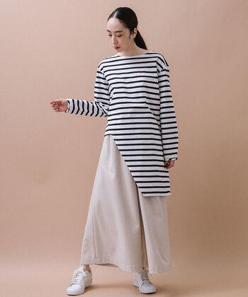 こちらのボーダーシャツは、モダンなアシンメトリーデザインが印象的です。シンプルなスタイルに1点取り入れるだけで、ほかとは差が付く個性的なスタイルが完成しますよ。