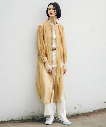 こちらのロングシャツも涼しげなシアー素材が印象的。胸元のクラシカルなブザム切替と、ラウンドカットの裾デザインもおしゃれな雰囲気です。写真のようにパンツを組み合わせたカジュアルスタイルはもちろんのこと、ワンピースやマキシスカートに重ねたエレガントなフェミニンコーデにも活躍してくれます。