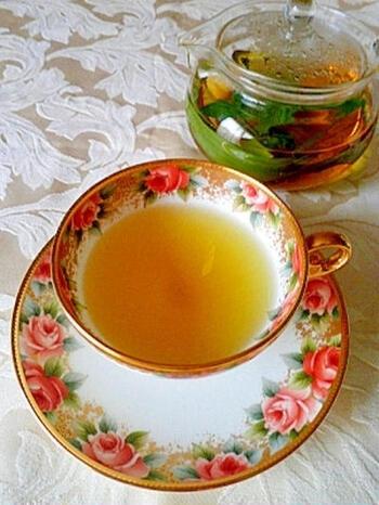 清涼感あふれるレモングラスとミントのハーブティー。ティーバッグではなく、摘みたてのフレッシュハーブで頂くお茶は格別♪※ミントは前出のYouTubeに習って植えましょう。