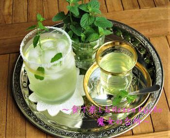 レモネードにミントをちぎって香りを楽しむ。夏のひと休みに。