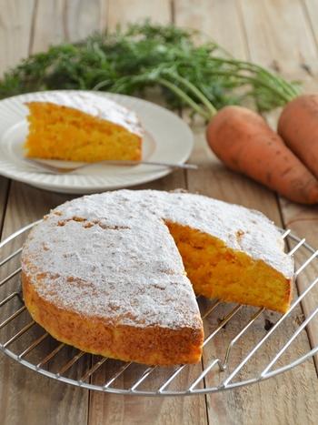 すりおろした人参をたっぷり混ぜ込んだ、しっとりしたケーキ。お砂糖控えめのほどよい甘さです。