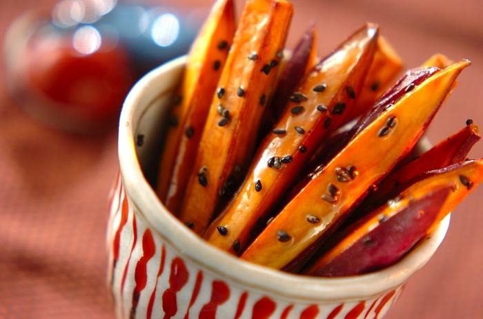 さつまいもをスティック状に細長くカットして食べやすく。ハチミツ&黒ごまでヘルシーかつ素朴な味です。