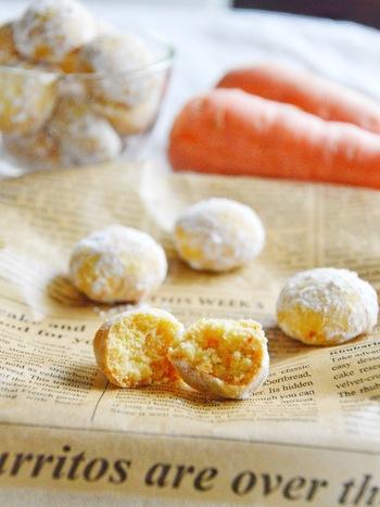 粉砂糖が雪のようなスノーボールクッキー。お口の中でホロホロと崩れる食感が特徴の冬のお菓子です。ほんのりオレンジ色で気分が上がります♪